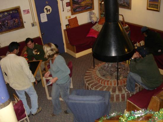 The SnowMansion Taos Hostel Ski Lodge Inn & Campground : Vista de la sala y la chimenea