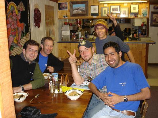 The SnowMansion Taos Hostel Ski Lodge Inn & Campground : En la mesa de la cocina. Peruanos, argentinos y estadounidenses.