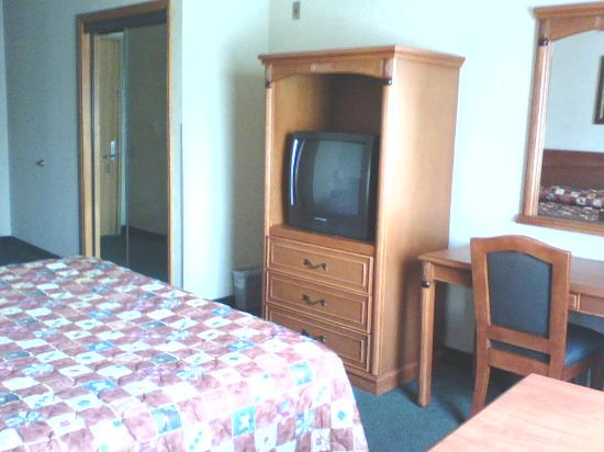 BEST WESTERN Los Angeles Worldport Hotel: TV/dresser a bit of the closet