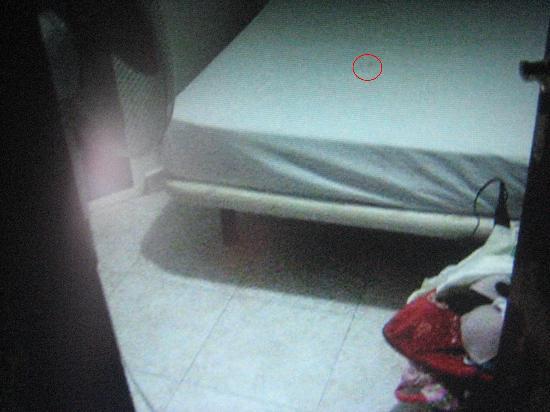 Hostal Fantoni: Mancha en la cama. No te cambian las sábanas.