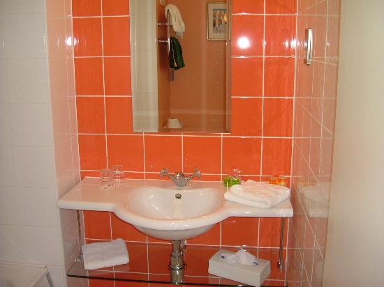 Cork Airport Hotel : Bathroom - basin view.