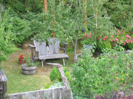 Orcas Island Bayside Cottages: garden at bayside cottages