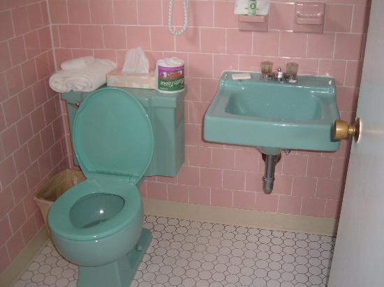 The Dunes Motor Inn: bathroom