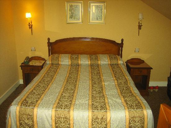 Hotel de Varenne : Big, comfy bed