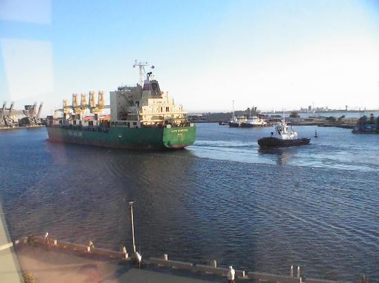 Crowne Plaza Newcastle: Ships in the morning