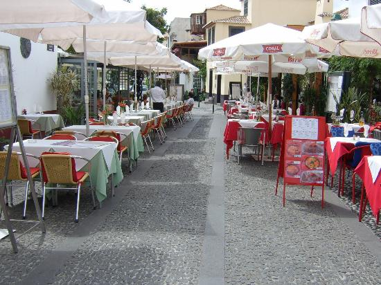 Porto Santa Maria Hotel: Some of the restaurants next to the hotel