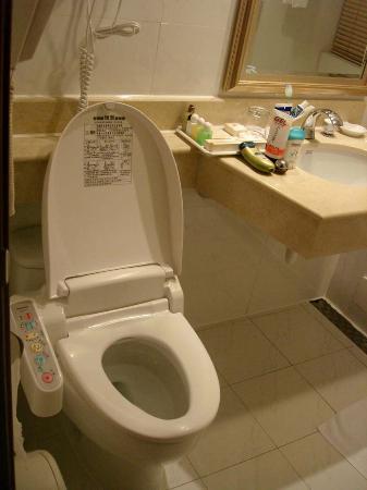 Rich Garden Hotel: The toilet