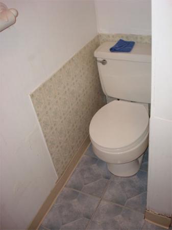 The Seacrest Inn: the toilet