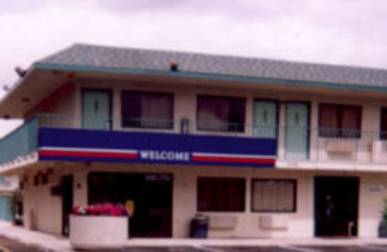 Motel 6 Everett South: front office