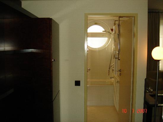 Maximilian Hotel-hall to the bathroom