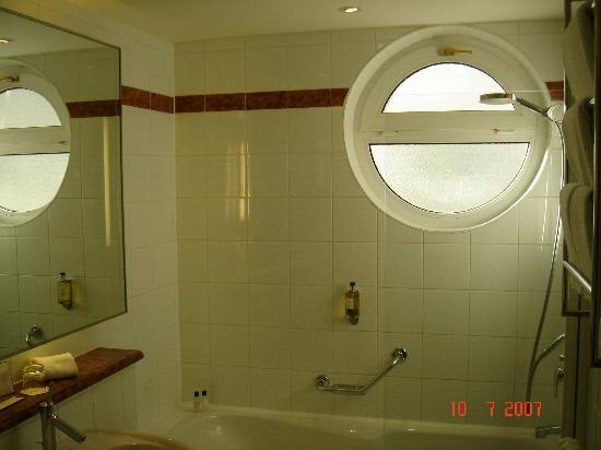 Maximilian Hotel-bathroom