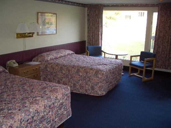 Governor Prence Inn: Our fairly large room