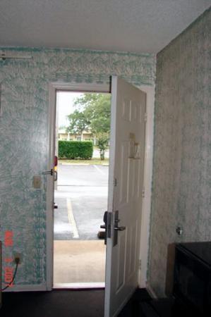Super 8 Monticello: Nice paint around the door!
