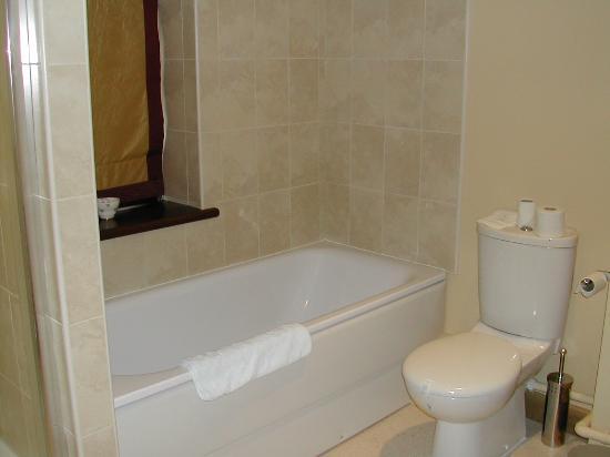 Wynnstay Hotel & Spa: Bathroom in 401