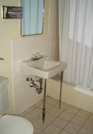 Governor Prence Inn: Modern (for the 1960's) bathroom