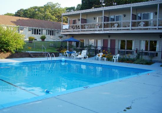 Governor Prence Inn: Big pool - cheap furniture (notice the weeds in the cracks)