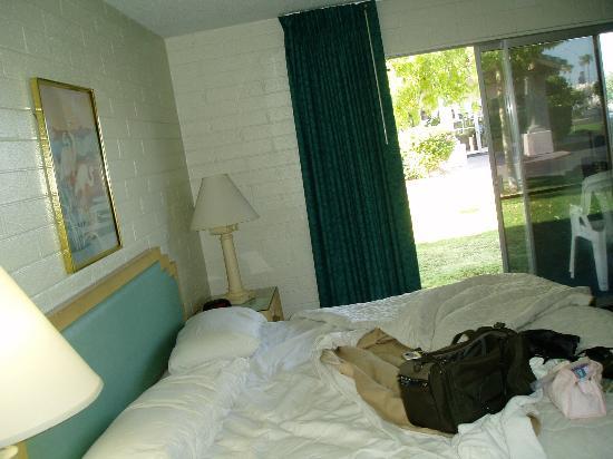 Yuma Cabana Motel : king sized bed and slider to outside