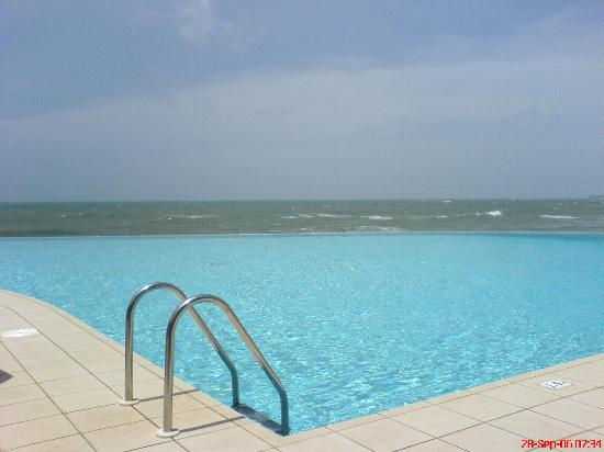 Saman Villas: Infinity Pool - it really is that colour!
