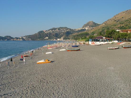 Hotel Antares: Tropicana = plage de galets, semi privée de l'hôtel Antares. Taormina surplombe l'horizon.