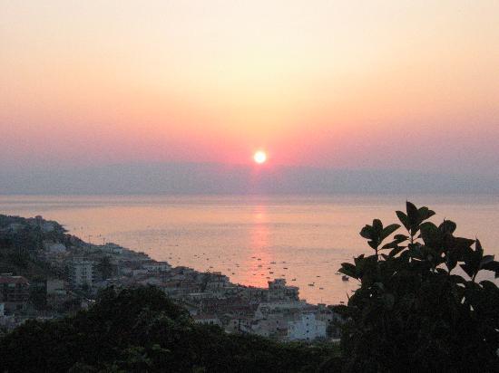 Hotel Antares: Leojanni vue de la chambre : lever de soleil sur l'Italie toute proche (Messina)