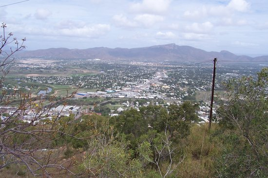 Townsville, Avustralya: View west to Mount Stuart