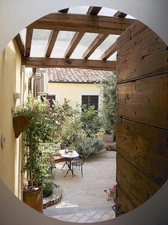 Relais Le Clarisse in Trastevere : The courtyard from La Rosa.
