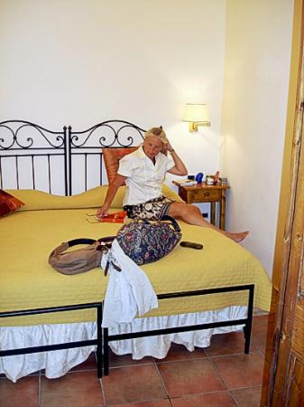 Relais Le Clarisse in Trastevere : Large bed, small room seems to be standard in hotels in Rome.