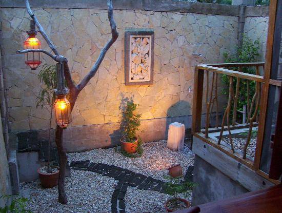 Turtle Inn: The Outdoor shower at night