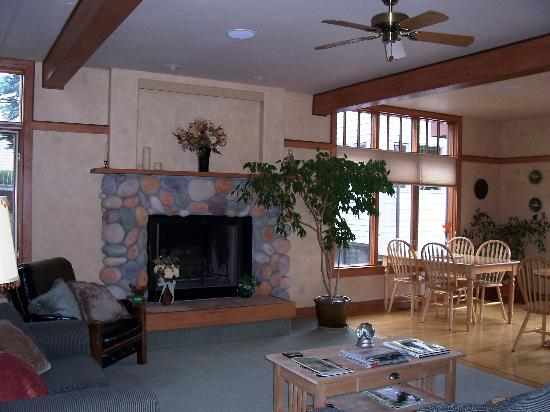 Sleeping Lady Bed and Breakfast: Living room/common area