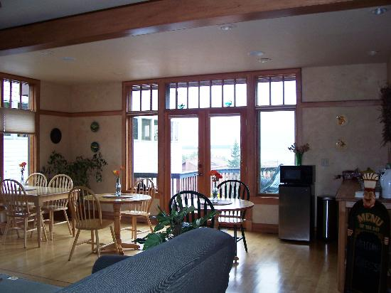 Sleeping Lady Bed and Breakfast: Dining/common area