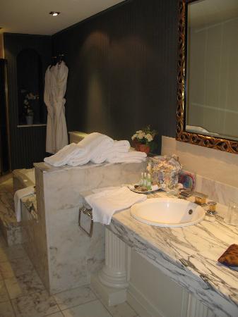 Hostellerie de la Pommeraie: bath for suite102