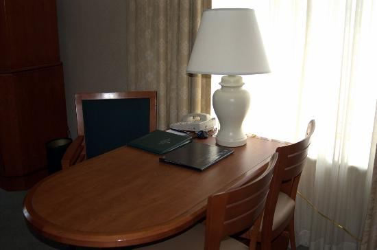InterContinental Suites Hotel Cleveland: Desk