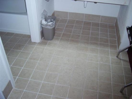 Shasta Pines Motel: Sink Area - New Tile - No Mold :-)