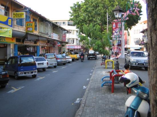 Seaside Travellers Inn: View of Jalan Gaya taken from central divider