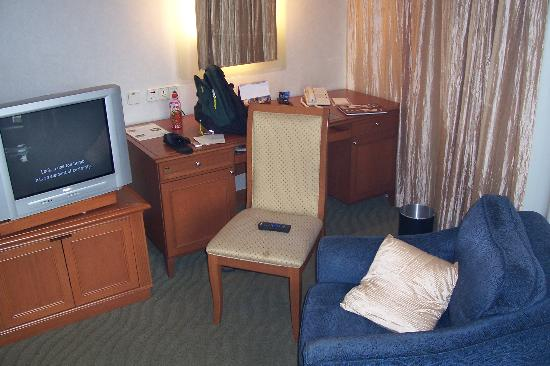Shangri-La Hotel Kuala Lumpur: writing desk