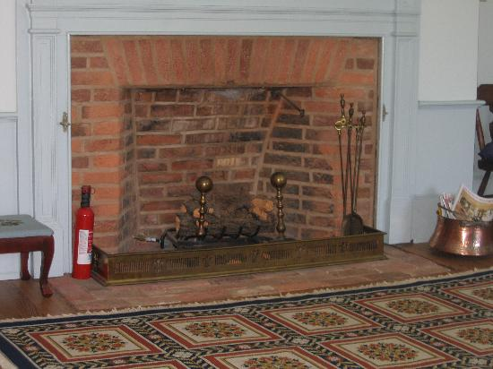 Smithfield Farm Bed and Breakfast: Wellford Room fireplace