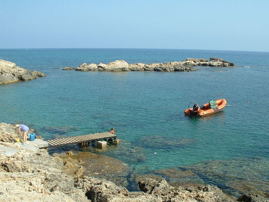 Lapta, Cyprus: Cove where we boarded the dive boat.  You can swim and snorkel here.