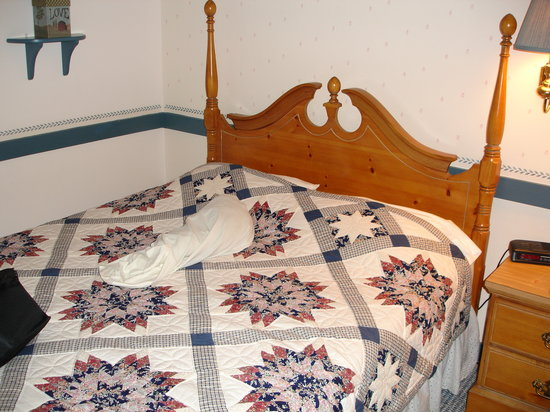 Country Living Inn: nice bed