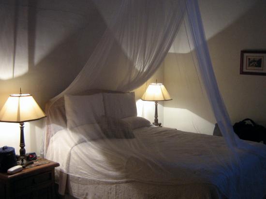 Todos Santos Inn: La matrimoniale, molto charmant la sera