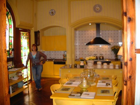 Hotel Palacio Ca Sa Galesa: Natalie helping her self to tea and cakes