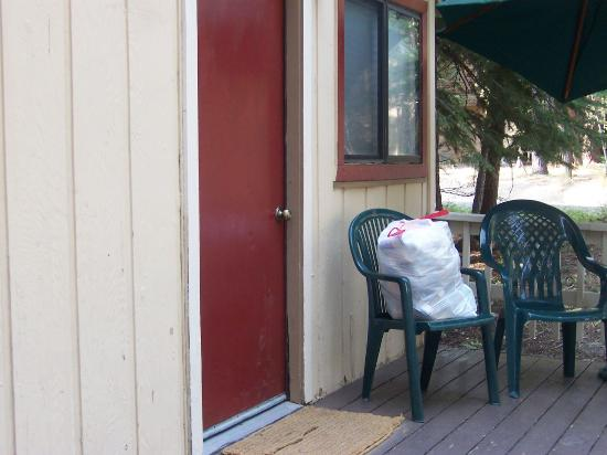 Tahoma Lodge: Garbage bag on Alder cabin porch