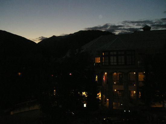 Alpenglow Lodge: View at nite