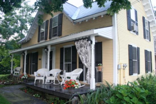 Wilder Farm Inn B&B: Front Porch