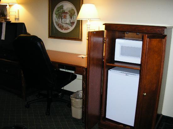 La Quinta Inn & Suites Fredericksburg: Fridge & Microwave