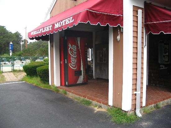 Wellfleet Motel: Motel entrance