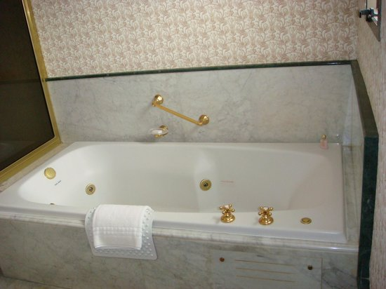 Iguazu Grand Resort, Spa & Casino: The jacuzzi in the main bathroom