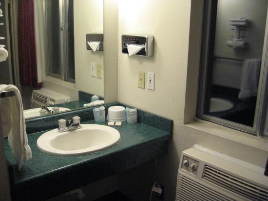 National 9 Inn: Small bathroom, but clean and sufficient.