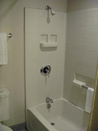 National 9 Inn : New shower