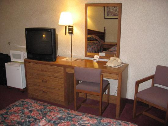 National 9 Inn: Desk, t.v., fridge and microwave