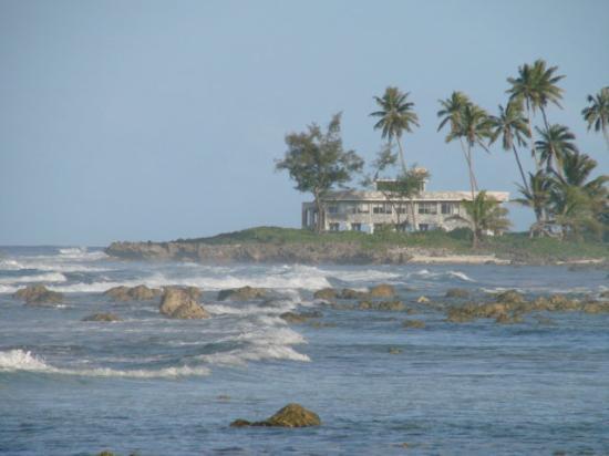 Kakera Villa Apartments: View down the beach
